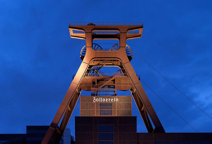 1200px-Zeche_Zollverein_abends.jpg